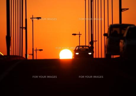 夕日と橋の上を走る乗用車の素材 [FYI00049232]