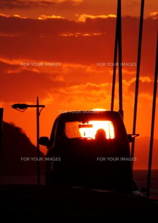 夕日と乗用車の素材 [FYI00049249]