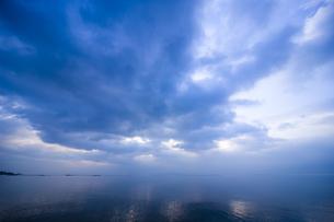 朝の湖畔の素材 [FYI00049352]