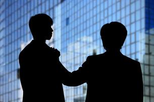 二人のビジネスマンの写真素材 [FYI00049596]