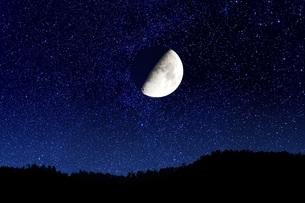 上弦の月の写真素材 [FYI00049622]