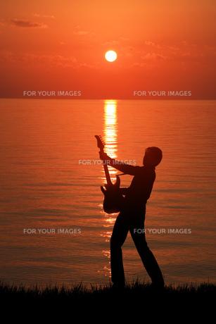 湖畔のギタリストの写真素材 [FYI00049746]