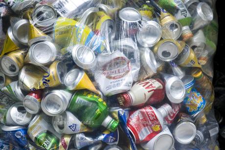ビニール袋の空き缶の写真素材 [FYI00049775]