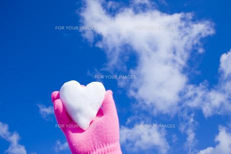雪のハートを持つ手の写真素材 [FYI00050041]
