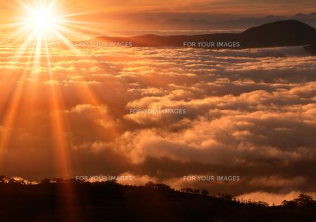 雲海と朝日の素材 [FYI00050314]