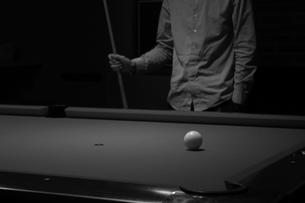 ビリヤードをする男性の写真素材 [FYI00050911]