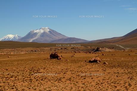 荒涼とした大地と雪を被った山の素材 [FYI00051047]