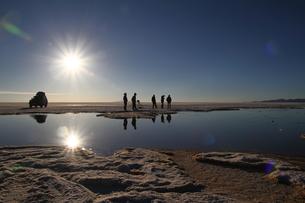 ウユニ塩湖にて一休みの写真素材 [FYI00051053]