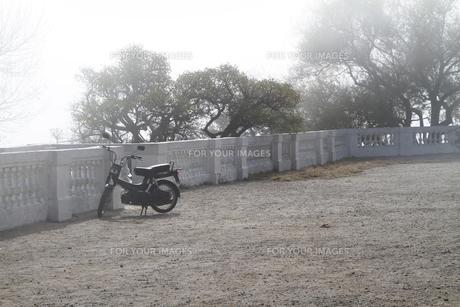 霧の中の置き去りのバイクの素材 [FYI00051056]