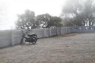 霧の中の置き去りのバイクの写真素材 [FYI00051056]