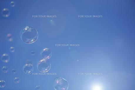 空とシャボン玉の写真素材 [FYI00051076]
