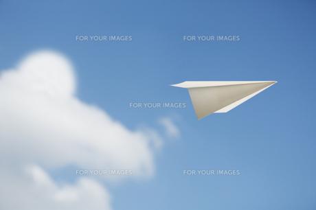 空と雲と紙飛行機の素材 [FYI00051095]