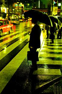 傘をさすサラリーマンの写真素材 [FYI00051272]
