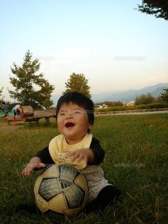 笑顔で見上げる赤ちゃんの写真素材 [FYI00051361]