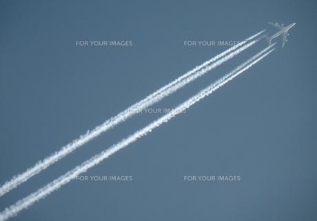 飛行機雲の素材 [FYI00051480]