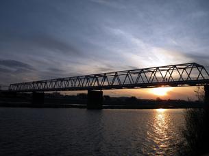 夕暮れの鉄橋の素材 [FYI00051594]