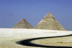 ピラミッドと道の素材 [FYI00051607]