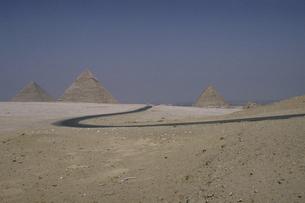 ピラミッドと道の素材 [FYI00051614]