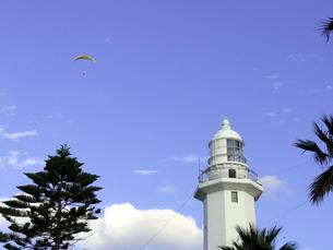 灯台とパラグライダーの写真素材 [FYI00051618]