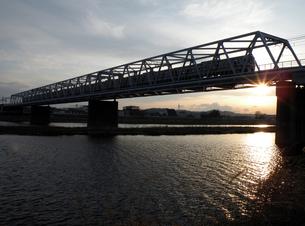 夕暮れの鉄橋の素材 [FYI00051619]