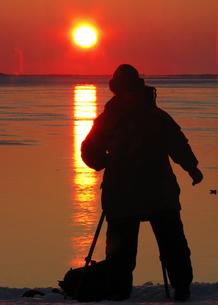 朝日を撮るカメラマンの素材 [FYI00051765]