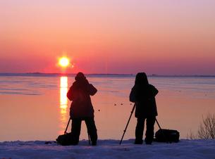 朝日を撮るカメラマンの素材 [FYI00051771]