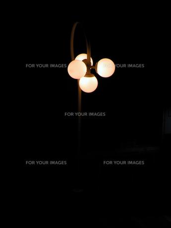 夜の街灯の素材 [FYI00051815]