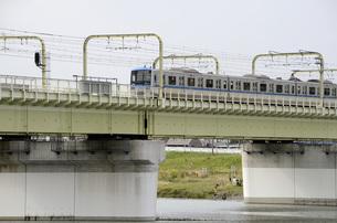 多摩川を渡る小田急線の写真素材 [FYI00052123]