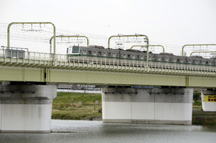 多摩川を渡る小田急線の写真素材 [FYI00052124]