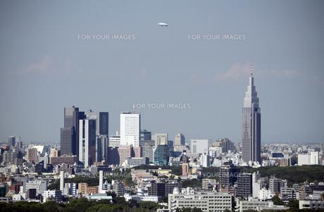 高層ビルと飛行船の写真素材 [FYI00052160]