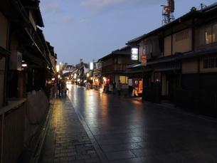 夕暮れの花見小路の写真素材 [FYI00052179]