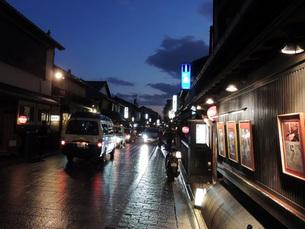 夕暮れの花見小路の写真素材 [FYI00052181]