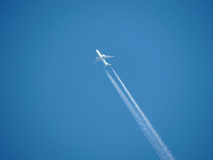 飛行機雲の素材 [FYI00052204]
