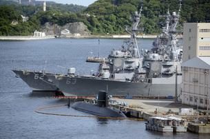 横須賀の米軍艦と潜水艦の写真素材 [FYI00052619]