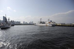 みなとみらいと海上保安庁の巡視艇の写真素材 [FYI00052642]