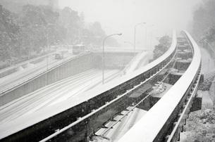 雪の軌道と道路の写真素材 [FYI00052764]