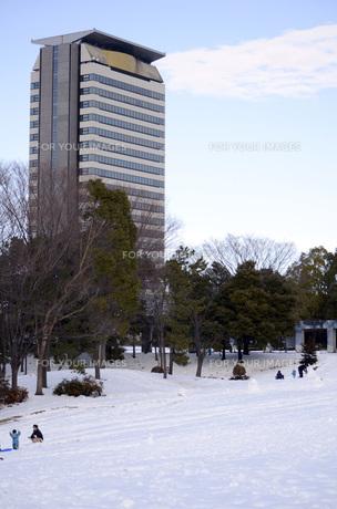 雪の公園と高層ビルの写真素材 [FYI00052770]