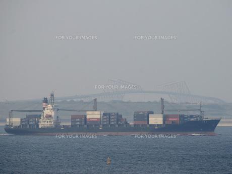 ゲートブリッジとコンテナ船の写真素材 [FYI00052877]