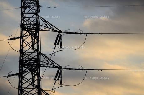 夕暮れの高圧鉄塔の素材 [FYI00053032]