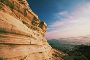 巨大な岩越しに見た空と海の素材 [FYI00053154]