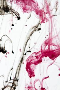 赤と黒の液体の写真素材 [FYI00053159]