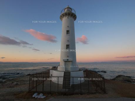 朝の海と灯台の素材 [FYI00053162]
