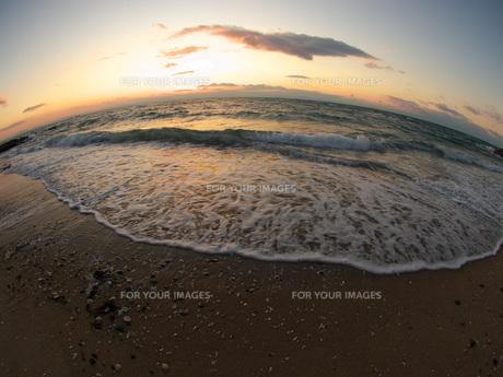 夕方の砂浜と波の素材 [FYI00053166]