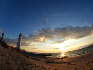白い灯台のある砂浜の夕日の素材 [FYI00053172]
