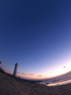 日没の空と砂浜に立つ灯台の素材 [FYI00053175]