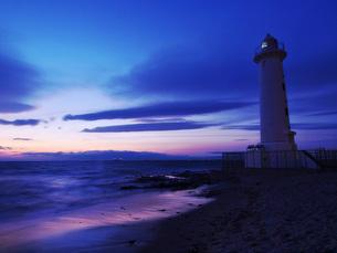マジックアワーの野間灯台の写真素材 [FYI00053191]