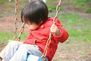 ブランコで遊ぶ子供の写真素材 [FYI00053333]