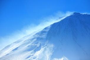 富士山と雪煙りの写真素材 [FYI00054084]