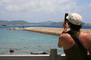 携帯カメラで写真を撮る人の写真素材 [FYI00054693]