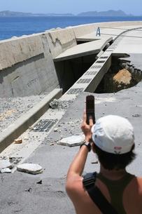 携帯で自然災害を撮るの写真素材 [FYI00054714]
